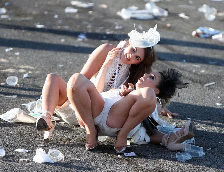 Это не пьяные выпускницы, это английские леди. Большая фотоподборка с праздника «День Леди»